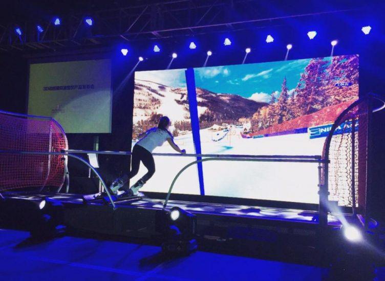 slalom géant avec le simulateur de ski devant l'écran panoramique skytechsport