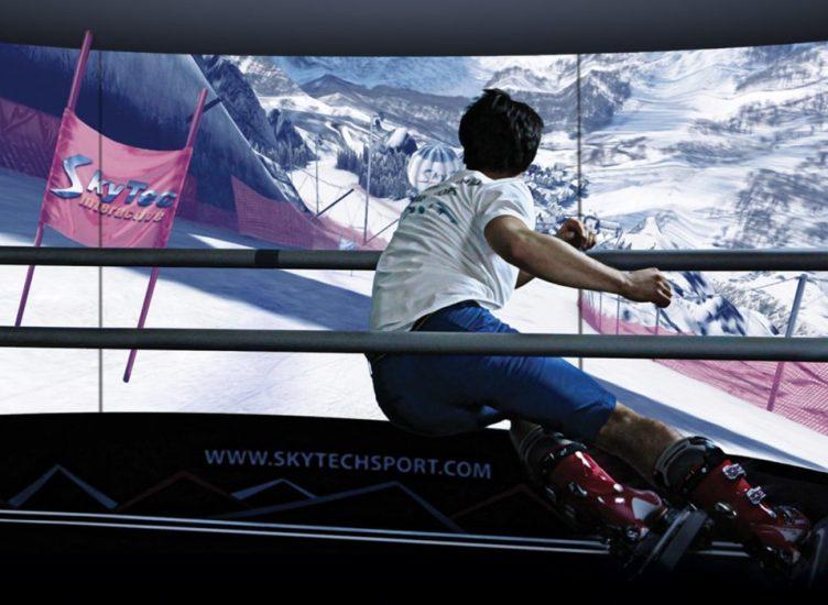 slalom géant avec le simulateur de ski devant l'écran panoramique